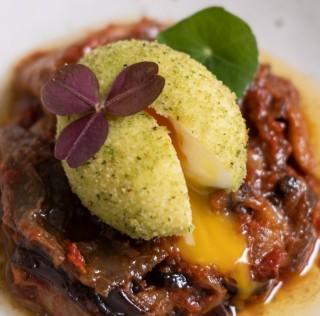 Œuf Label Rouge mollet pané au persil plat, aubergines à la provençale